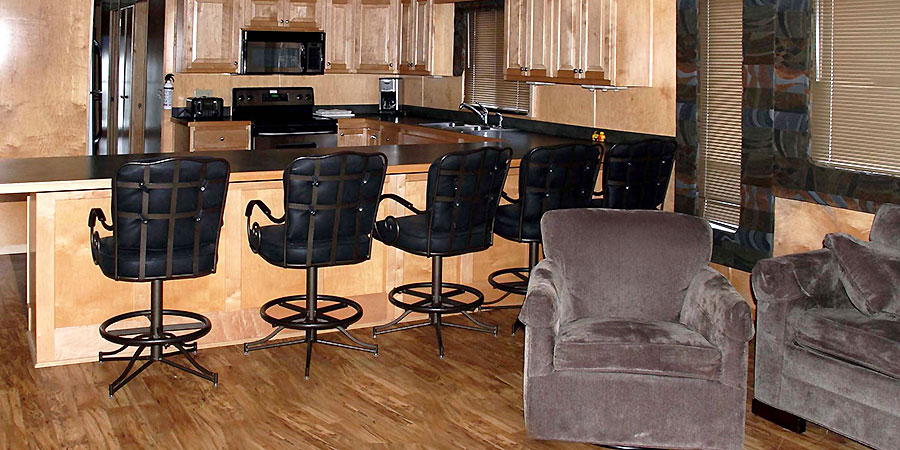 Beautifully decorated cabin with a great kitchen and dining area.